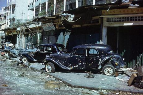 Hai chiếc Citroën Traction Avant bị hư hại nặng nề ở góc Nguyễn Trãi - Phùng Hưng. Ảnh: Jim Giarrusso.