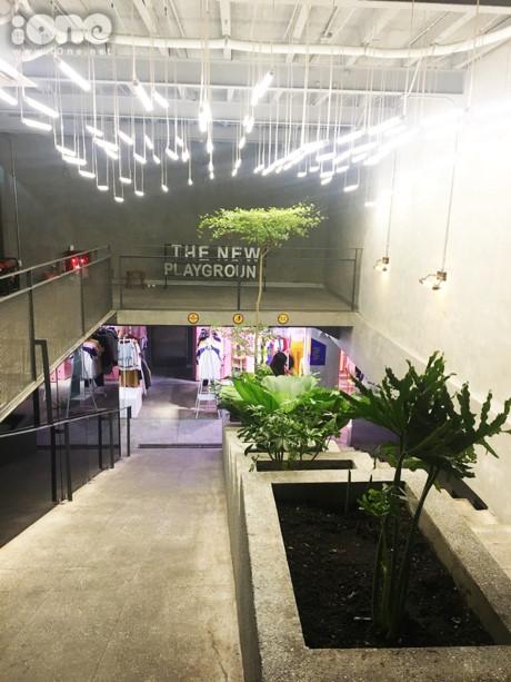 Đây là khu mua sắm dưới lòng đất nằm ngay khu trung tâm trên đường Lý Tự Trọng, The New Playground tập hợp nhiều cửa hàng thời trang, phụ kiện cho cả nam lẫn nữ. Khu mua sắm được xây dựng trên ý tưởng về một khu underground với tường xi măng, nội thất trắng và nhiều đèn neon ngay từ lối đi xuống.