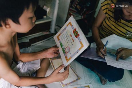 Các con của chị Sen đều sáng dạ, nên vẫn thường nhận được giấy khen của nhà trường.