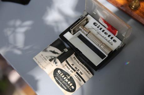 Bộ dao cạo hiệu Gillette còn nguyên vẹn, từ hộp đến giấy tờ, có tuổi đời 50 năm, có giá 5 triệu đồng