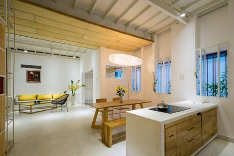 Tầng 1 là không gian phòng khách thông với các không gian khác như phòng bếp và chỗ để xe rất hiện đại và rộng rãi.
