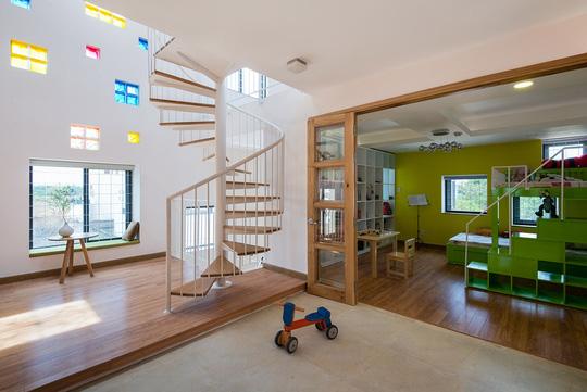Phòng cho thành viên nhỏ tuổi được bài trí nhiều màu sắc.