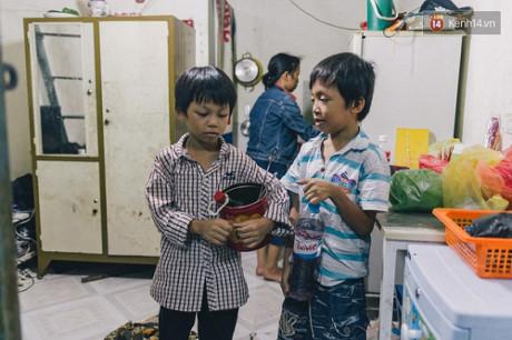2 cậu con trai của chị Sen chuẩn bị đồ nghề để theo mẹ đi diễn.