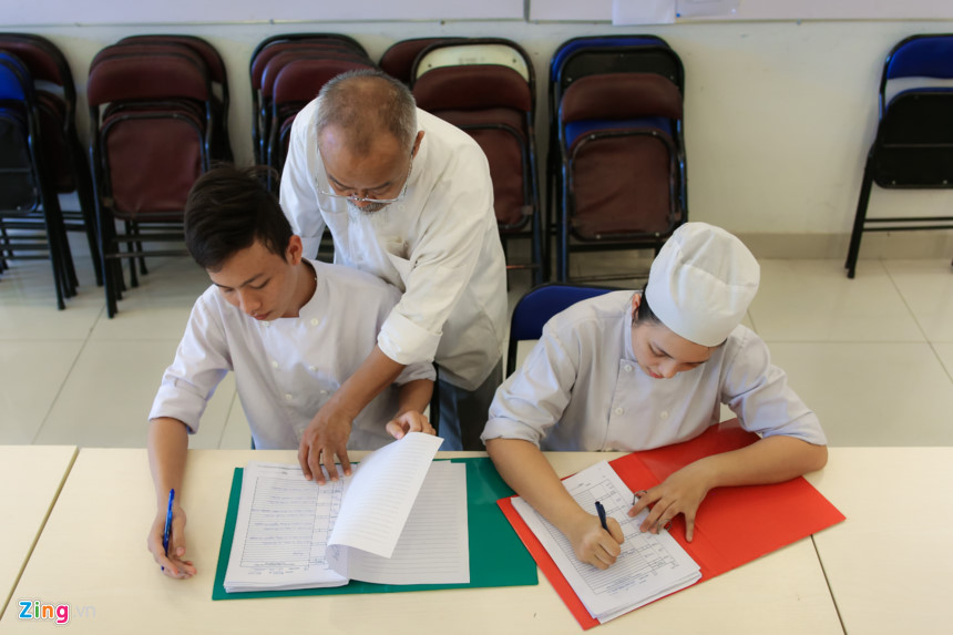 ...cho tới học ngoại ngữ và viết nhật ký công việc hàng ngày. Các em ở đây còn được dạy tiếng Anh do giáo viên người nước ngoài đảm nhiệm.