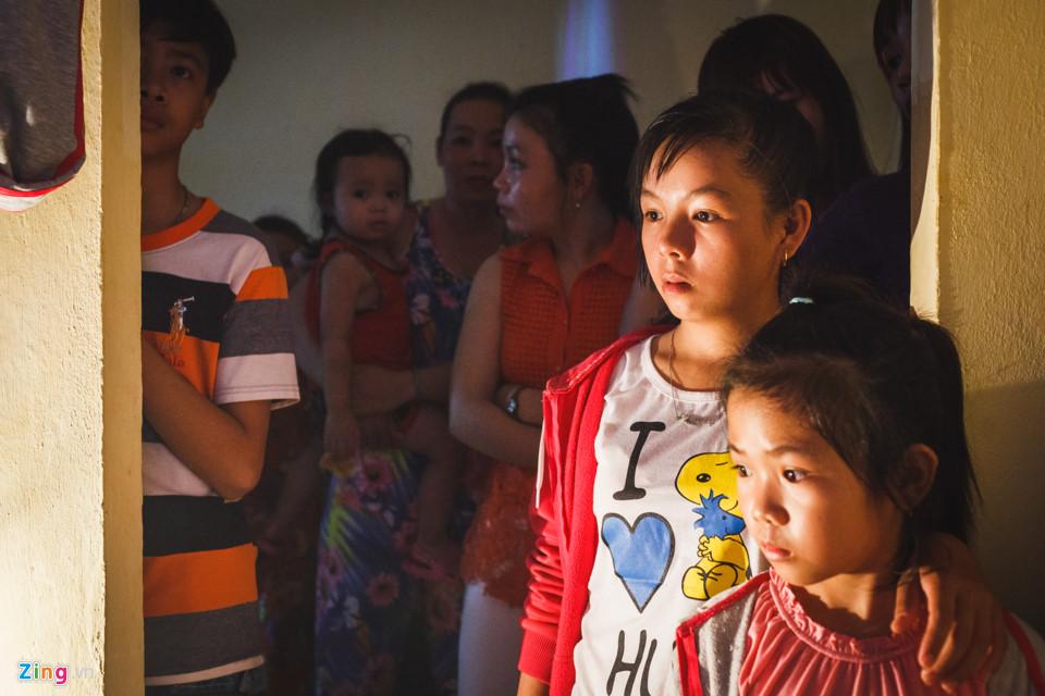 Đối với những đứa trẻ ở vùng quê nghèo, còn thiếu thốn nhiều phương tiện giải trí, việc có một đoàn hát bội về diễn, với những cờ phướn, trang sức lấp lánh là một điều gì đó rất lạ lẫm và hấp dẫn. Chúng chen chúc, nép mình sau những ô cửa để được xem các nghệ sĩ đang trang điểm.