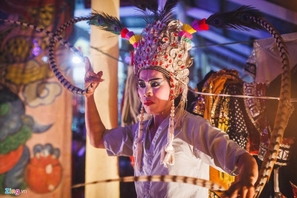 Cũng đóng vai kép chính trong vở diễn, nghệ sĩ Ngô Quốc Minh đã đội xong chiếc mũ với lông trĩ dài và đang tập lại những động tác trước khi lên sân khấu...