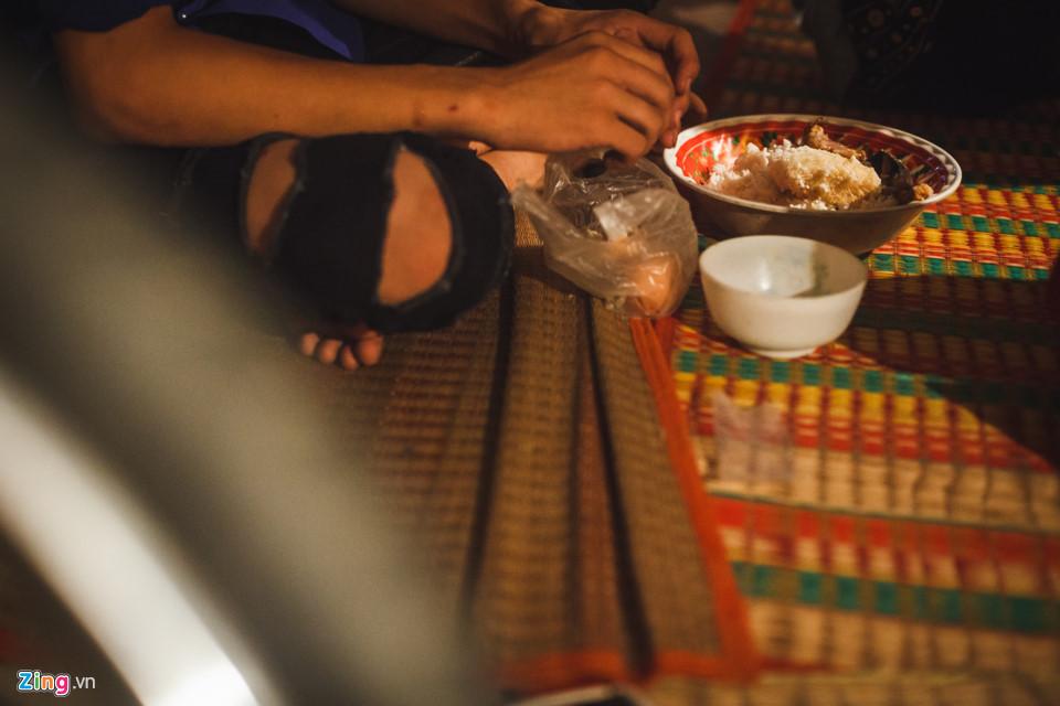 Bữa ăn của các thành viên trong đoàn được bầu đoàn Kim Thanh Nhị nấu. Bữa ăn chỉ đơn giản là tô cơm trắng, thịt kho và thêm vài cái trứng luộc.