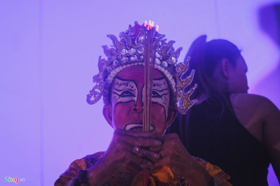 Trước giờ diễn, nghệ sĩ Hề Lạc thắp nhang khấn trước bàn thờ tổ nghề, với ước mong một đêm diễn thành công tốt đẹp. Đây là tập tục quen thuộc, không chỉ với nghề hát bội, mà còn ở tất cả loại hình trình diễn sân khấu khác ở Việt Nam.