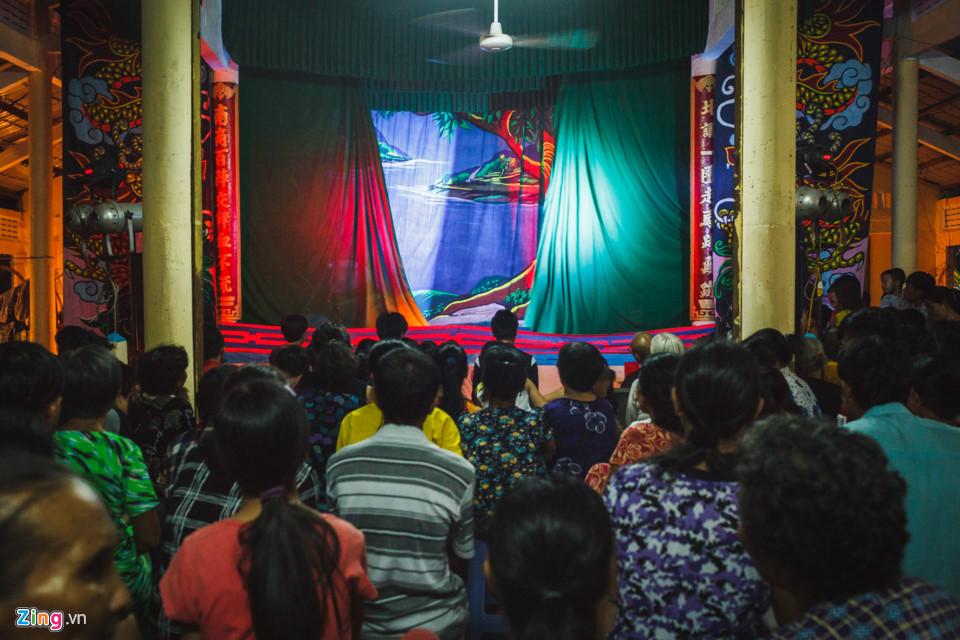 Đến giờ bắt đầu vở tuồng, âm nhạc nổi lên, ánh đèn hắt vào sân khấu được trang trí giản dị, rèm được kéo ra và người dân ngồi ken kín bên dưới, ánh mắt mong chờ một buổi xem hát thật hay.