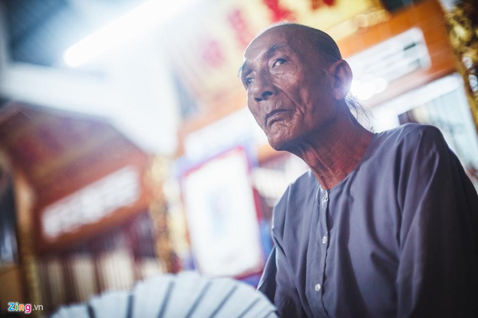 """Ông Ba Xê (67 tuổi), vừa chăm chú xem hát vừa chia sẻ: """"Mấy chục năm nay, năm nào cúng đình tui cũng đi, rồi ở lại coi hát bội luôn! Tui khoái nhất là coi cải lương với hát bội""""."""