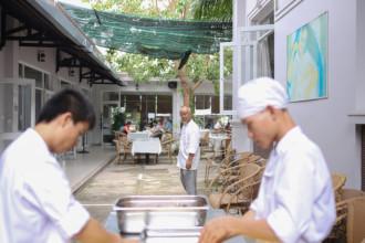 Trường Anrê Mai Sen ở TP HCM là nơi học sinh có hoàn cảnh khó khăn được nuôi ăn ở, đào tạo nghề và học tiếng Anh hoàn toàn miễn phí. Trường cũng cấp bằng quốc tế để học viên có cơ hội ra nước ngoài phát triển nghề nghiệp.