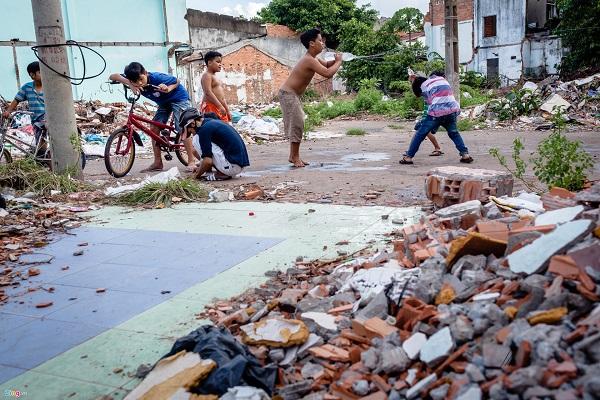 Trong khi đó, tại khu vực cù lao Nguyễn Kiệu, cũng thuộc quận 4, nhiều hộ dân đã bắt đầu di dời, để lại đống đổ nát từ những căn nhà cũ.