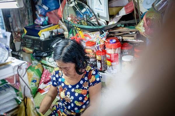 Tuy nhiên, vẫn còn nhiều hộ dân kiên quyết bám trụ lại mảnh đất này. Bà Phạm Kim Giang, buôn bán tạp hoá tại khu vực cù lao Nguyễn Kiệu, cho hay bà sẽ quyết không đi nếu như không nhận được giải pháp đền bù thoả đáng.