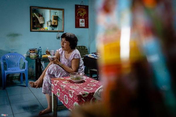 Gần trăm con người còn sót lại trong khu cù lao Nguyễn Kiệu, bấu víu nhau sống qua ngày, tới đâu hay tới đó. Tương lai, đối với họ vẫn là điều gì đó rất mờ mịt.