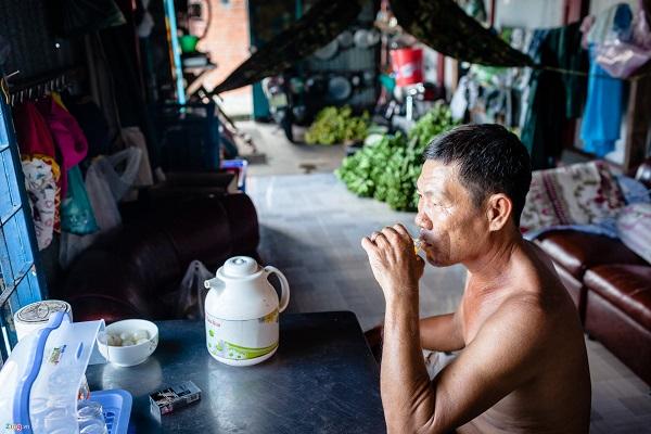 Và như vậy, nghề buôn bán chuối của ông Huỳnh Văn Phúc cũng sẽ bị gián đoạn. Sống ngay bờ kênh Tẻ, nghề thu mua chuối từ các tàu ở miền Tây Nam Bộ chở về đã theo ông suốt 15 năm nay. Ông Phúc cho biết ông cùng gia đình sẽ chuyển về huyện Củ Chi để sinh sống sau khi ngôi nhà này bị giải toả.