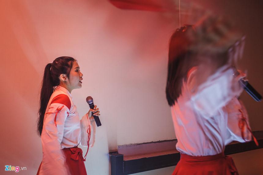 """Trong trang phục Miko truyền thống của người Nhật, những nhân viên người Việt Nam tạo nên nét văn hoá đậm chất Nhật Bản ngay giữa lòng Sài Gòn. """"Các động tác hát, múa đều do ông chủ dạy"""", một nhân viên phục vụ chia sẻ."""