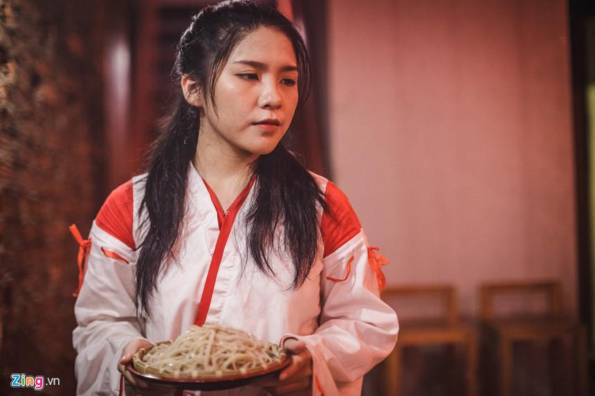 Làm việc tại nhà hàng đã hai tháng nay, bạn Bùi Bích Ngọc, sinh viên năm II ngành Du lịch (ĐH Hutech), cho biết bạn rất yêu văn hoá Nhật và công việc tại đây cho bạn cơ hội được tiếp xúc cũng như trau dồi tiếng Nhật và tiếng Anh.