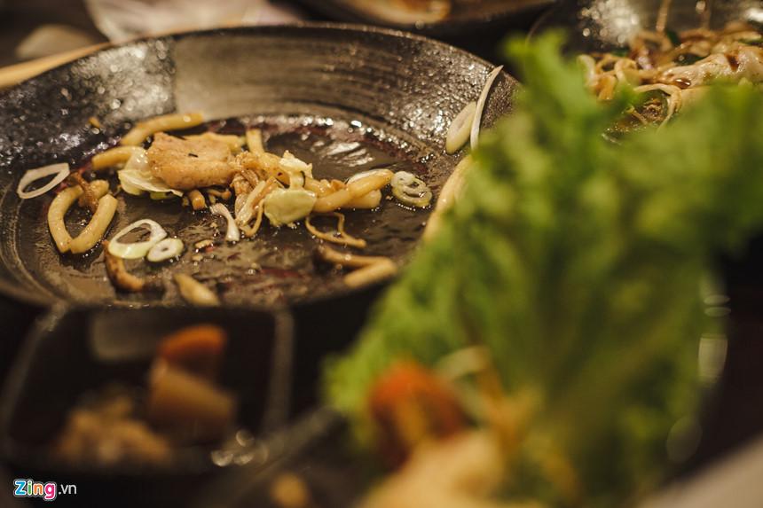 """Các món ăn tại nhà hàng chị chỉ dao động 8.000-60.000 đồng. Ông Naoyuki Takehito, thực khách người Nhật, cho biết ông rất thích các nhà hàng tại đây vì """"thức ăn ngon và phục vụ rất tốt""""."""
