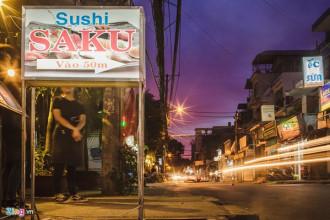 """Nhắc đến phố Nhật ở Sài Gòn, nhiều người sẽ nghĩ ngay đến khu Lê Thánh Tôn – Thái Văn Lung – Ngô Văn Năm (quận 1), hay còn gọi là """"Little Tokyo"""", với hệ thống dày đặc các nhà hàng, quán cà phê, khách sạn... đậm chất văn hoá Nhật. Gần đây, có một khu phố ở quận Bình Thạnh cũng thu hút rất đông người Nhật đến sinh sống, tạo nên một cộng đồng mới của những vị khách đến từ xứ sở hoa anh đào."""