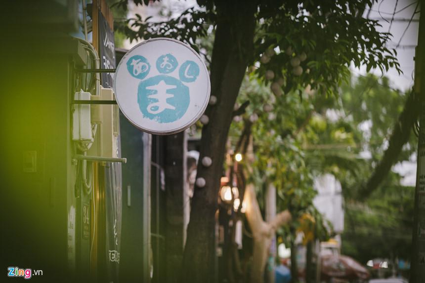 """Nơi đây còn có cửa hàng dịch vụ giặt ủi, các căn hộ cho thuê, siêu thị... tất cả đều được ghi chú bằng tiếng Nhật và tiếng Anh. Đây chính là một """"Little Tokyo"""" mới của Sài Gòn."""