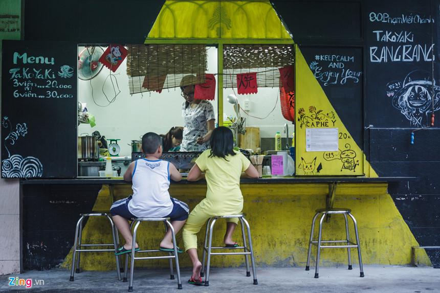Trong bán kính rộng 1 km2, nơi đây tập trung gần 10 các cửa hàng phục vụ người Nhật. Trong đó, không thể thiếu những cửa hàng bán món bánh bạch tuộc Tkoyaki, một loại thức ăn đường phố rất phổ biến của người dân đất nước mặt trời mọc.
