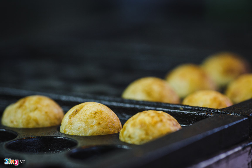 Bánh Takoyaki tại đây được bán với giá rất phải chăng, chỉ từ 20.000 đồng 3 viên và 30.000 đồng 6 viên, thu hút không chỉ người Nhật mà còn cả người Việt.