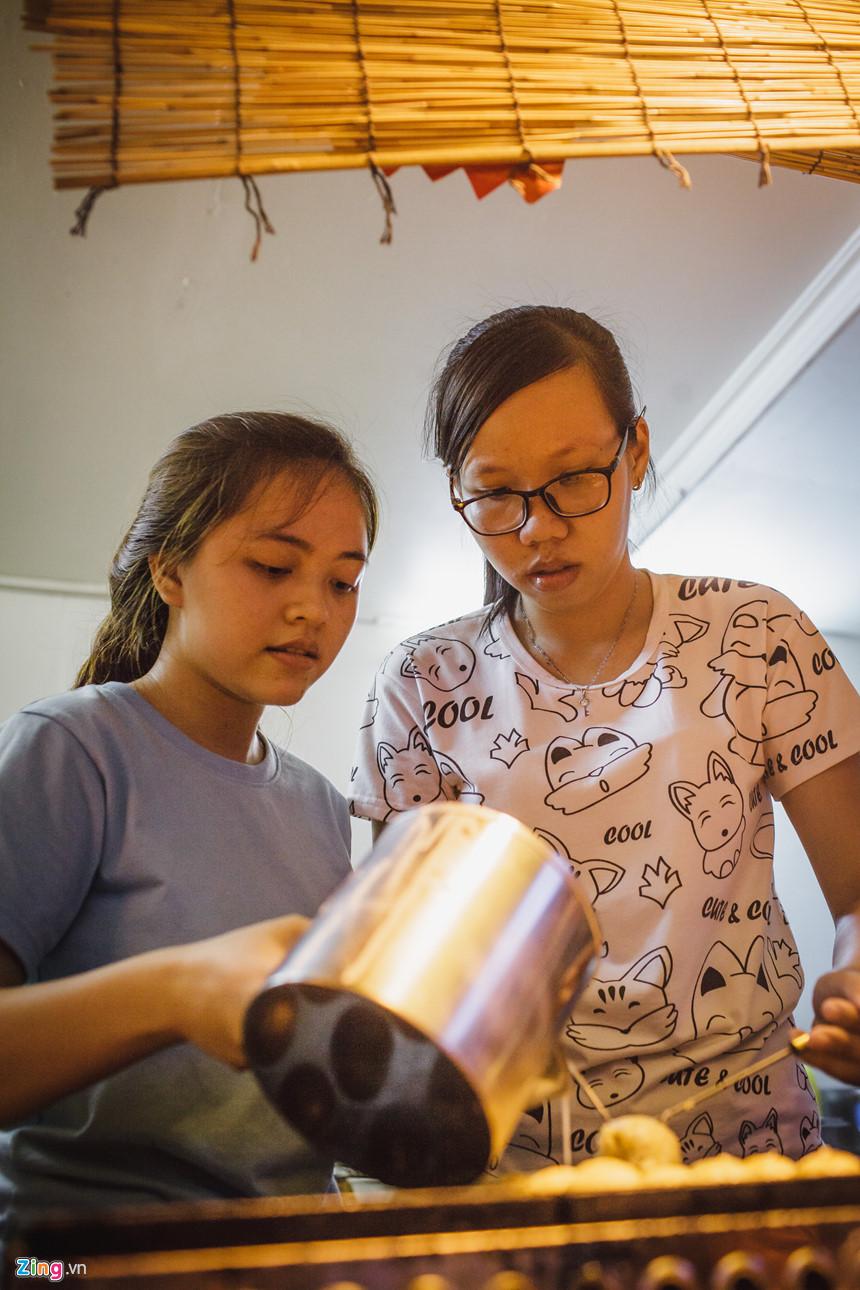 Tại cửa hàng bán bánh Takoyaki do một người ông chủ người Nhật mở, hai bạn Phạm Khánh Linh và Phạm Thị Thuý Hằng đang nướng bánh để bán cho khách. Hai bạn đều là sinh viên tiếng Nhật của Đại học Sư phạm TP.HCM đi làm thêm, với mức lương 20.000 đồng một giờ. Hai bạn chia sẻ phải biết tiếng Nhật mới làm được.