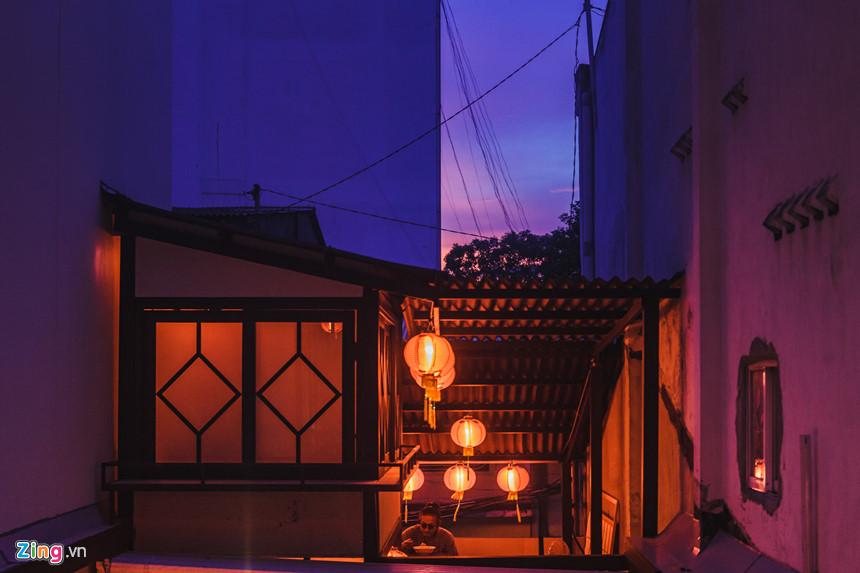 Đặc điểm chung của izakaya là đều có bảng hiệu bằng vải thưa hoặc cửa kính, để thực khách từ bên ngoài có thể nhìn được vào bên trong, và nổi bật nhất là các lồng đèn làm bằng giấy đỏ.