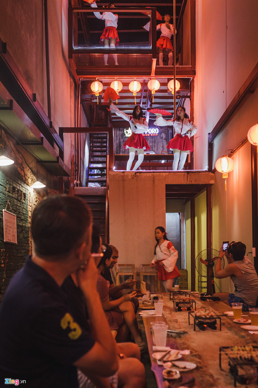 Tại nhà hàng của ông, mỗi tối có tiết mục hát và múa các bài hát tiếng Nhật do nhân viên biểu diễn.