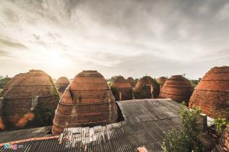 Nằm cạnh sông Sa Đéc và tuyến quốc lộ 1A, làng gạch An Hiệp (xã An Hiệp, huyện Châu Thành, tỉnh Đồng Tháp) gây chú ý với du khách từ phương xa đến bởi quần thể kiến trúc độc đáo mang màu đỏ rực của những lò gạch.