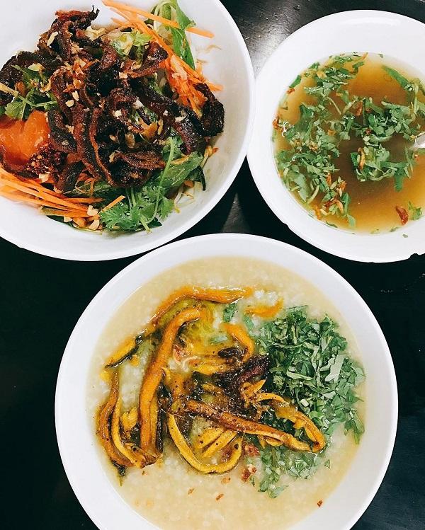 Cháo lươn xứ Nghệ O Lài: Cháo lươn là một trong những món ăn thơm ngon, bổ dưỡng và được lòng nhiều thực khách khi ghé thăm. Chủ quán nấu rất khéo, từng hạt cháo nở bung ra ăn rất ngon, thơm mùi gạo nếp. Lươn tươi, giữ được độ ngọt. Bát cháo nhiều lươn thơm lừng, sánh mịn cùng rau răm, mùi tàu xắt nhỏ, rưới lên chút hạt tiêu, ớt đỏ, vắt chanh trộn đều rồi ăn nóng. Ảnh: Instagram_Pail130.