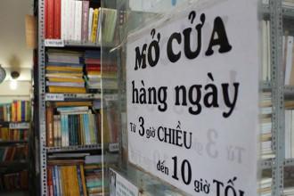 Vì buổi sáng ông Cần phải đi hơn 11 địa điểm để mua sách, nên tiệm sách chỉ mở vào chiều tối.