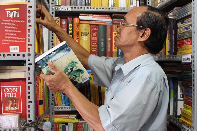 Sách được ông Cần phân loại, xếp ngay ngắn vào kệ và ghi chú rõ ràng để khách dễ tìm.