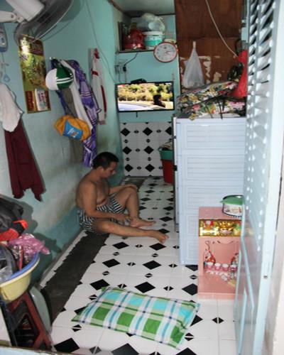 Cửa vào nhà cũng là bề ngang của căn nhà ở khu Mả Lạng. Ảnh: Duy Trần.