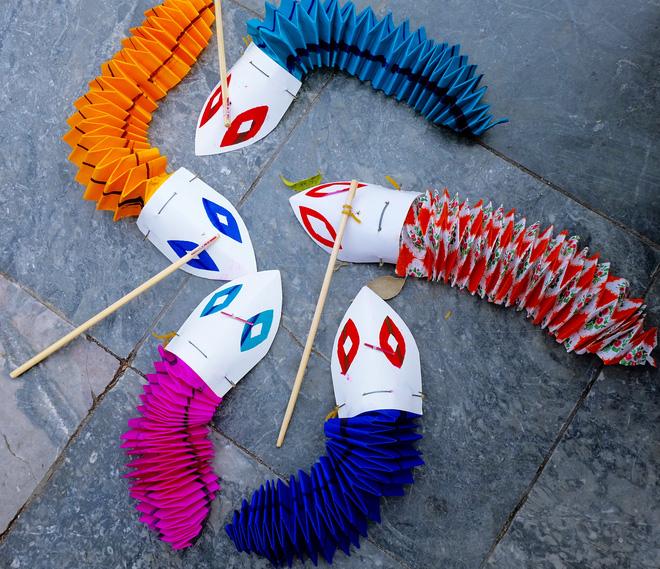 Những rắn giấy được gắn con lăn bằng đất sét ở bên dưới, di chuyển bằng cách kéo sợi dây chỉ được cuộn tròn quanh con lăn tạo ra những chuyển động rất thú vị. Đây là một món đồ chơi có tuổi đời rất lâu ở Việt Nam.