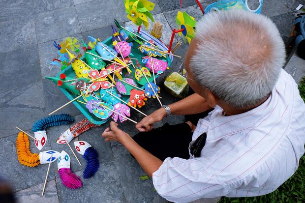 Ông Chuột sáng tạo thêm nhiều hình dạng khác nhau cho món đồ chơi.