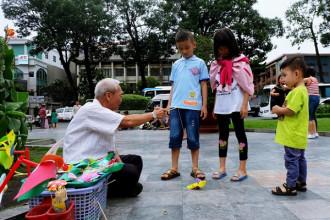 Ông Chuột ngày ngày bán những món đồ chơi dân gian giữa lòng thành phố.