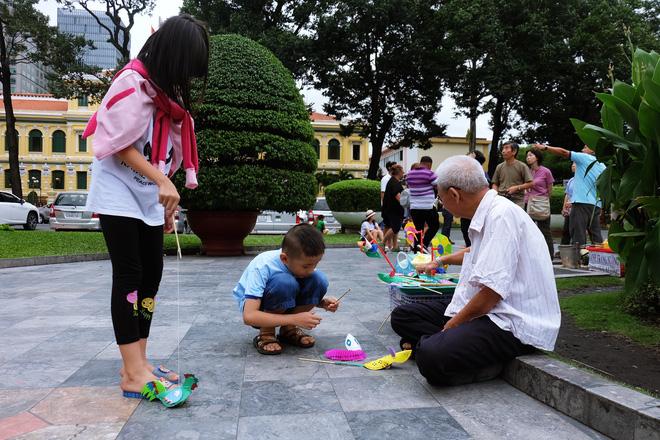 Dù có nhiều món đồ chơi hiện đại khác, nhưng các em nhỏ vẫn rất thích thú với những món đồ chơi của ông Chuột làm.