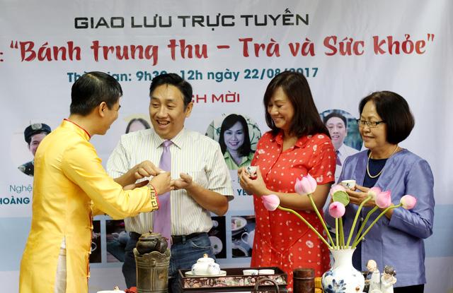 Nghệ nhân trà Hoàng Anh Sướng các khách mời giao lưu thông qua chén trà mở đầu câu chuyện - ảnh: M.T