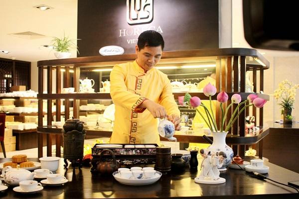 Nghệ nhân trà Hoàng Anh Sướng chia sẻ kiến thức và biểu diễn cách pha một ấm trà ngon - Ảnh: M.T