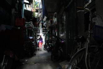 Những con hẻm chỉ vừa một xe máy qua lại, luôn thiếu ánh sáng ở Mả Lạng. Ảnh: Duy Trần.