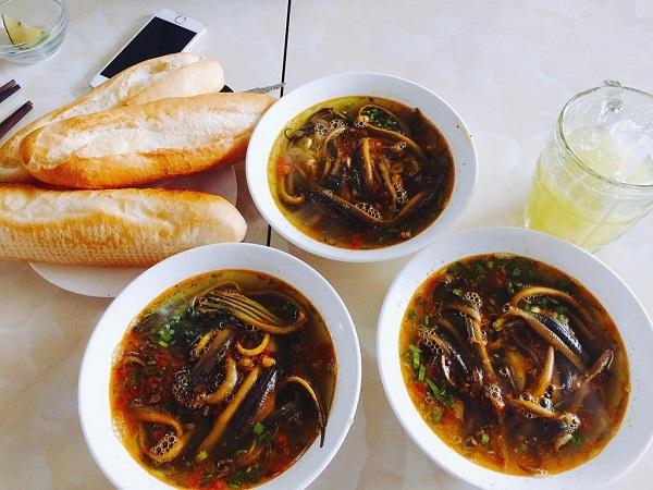 Quán lươn Nghệ An bà Hai: Quán tọa lạc tại 188 Nguyễn Hồng Đào, quận Tân Bình. Đây là quán chuyên phục vụ các món lươn nổi tiếng của xứ Nghệ. Món súp nhiều lươn được tách xương, nấu mềm không nát và nước dùng ăn rất ngọt. Cháo lươn nêm nếm vừa miệng, miến xào chín tới, không nát, lươn đậm vị, ăn mãi vẫn thòm thèm. Ảnh: Instagram_Hoangkimngan.