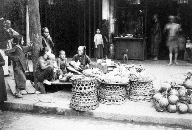 Xem kỹ bộ ảnh, có thể thấy Sài Gòn của những năm 1865 đã thấp thoáng bóng dáng Hòn ngọc Viễn đông. Một thành phố sầm uất và xinh đẹp, con sông và bến cảng, một đô thị hiện đại với những công trình kiến trúc, đường sá, hình ảnh người dân và cả một vùng thiên nhiên rộng lớn, những làng quê truyền thống Việt Nam. Mọi bản quyền sao chép, sang nhượng, in ấn, phát hành những bức ảnh này thuộc về KTS Đoàn Bắc. Trong ảnh là người bán trái cây và rau trên phố (năm 1890).