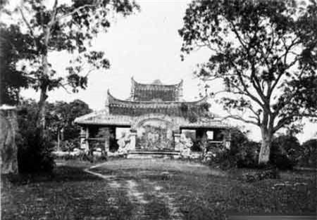 Lăng mộ Đức giám mục Adran Lang Cha ca (năm 1866).