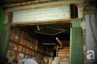 Chúng tôi tìm đến con đường Phan Chu Trinh (Q.1, TP.HCM) một ngày Sài Gòn nắng gắt. Bên hông cửa Tây chợ Bến Thành là những dãy nhà san sát lộng lẫy của khu vực trung tâm thành phố. Trong không gian sầm uất xa hoa, bỗng đâu lọt thỏm một căn nhà nho nhỏ, cũ kỹ mang con số 13, cửa rộng mở nhưng dường như chẳng kinh doanh, buôn bán gì.