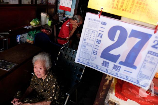 Cụ Kha Quyên (84 tuổi) chủ tiệm trà hiện tại cho biết, tính đến giờ này, đã có 4 thế hệ đã từng sinh sống tại nơi đây, kể từ khi cha bà – một người gốc Hoa di cư sang Việt Nam và kiếm sống bằng cách mở tiệm vào năm 1913.