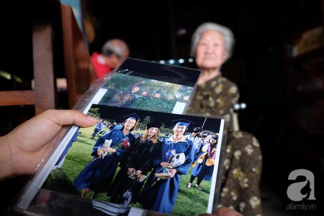 """""""Cháu tôi nè. Có đứa đi du học ở Mỹ, đứa ở Canada, đứa thì bên Đài Loan. Nhiều người thân ở Campuchia nữa, nhưng mất hết rồi"""" – bà Quyên chỉ vào những tấm ảnh, mường tượng bằng trí nhớ của một bà lão đã ở vào tuổi bát tuần."""