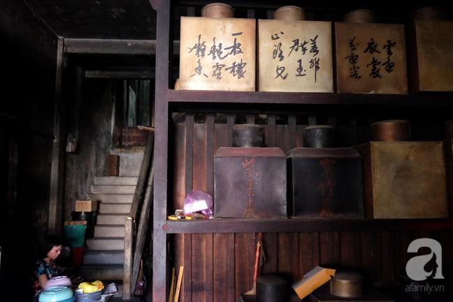 Dù đã đóng cửa từ lâu nhưng bởi quyến luyến một thời bán buôn sầm uất, bà Kha Quyên vẫn giữ gần như trọn vẹn cách bày trí tiệm trà ngày xưa. Trong căn nhà sạm nâu màu gỗ cũ, các hộp đựng trà lớn in chữ Trung Quốc được xếp ngay ngắn trên các kệ.