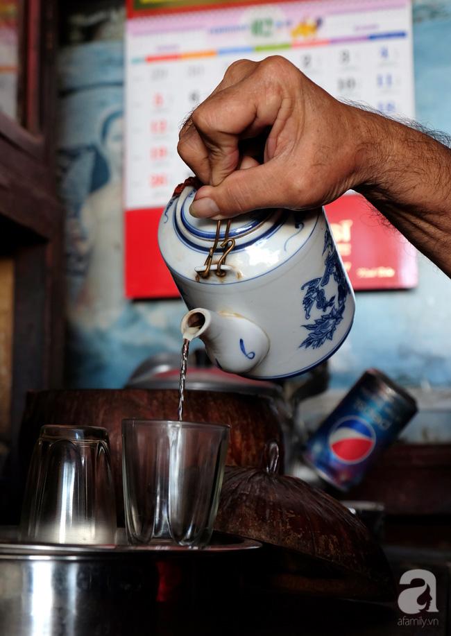 Chỉ trong ít phút, một bình trà nóng bừng đã được bưng lên. Nhẹ nhàng lấy ra từ chiếc hộp gáo dừa, ông Minh cẩn thận nghiêng vòi ấm xuống. Màu nước trà vàng ươm nhưng không gắt, uống vào nghe chát chát, thanh thanh nơi đầu lưỡi.