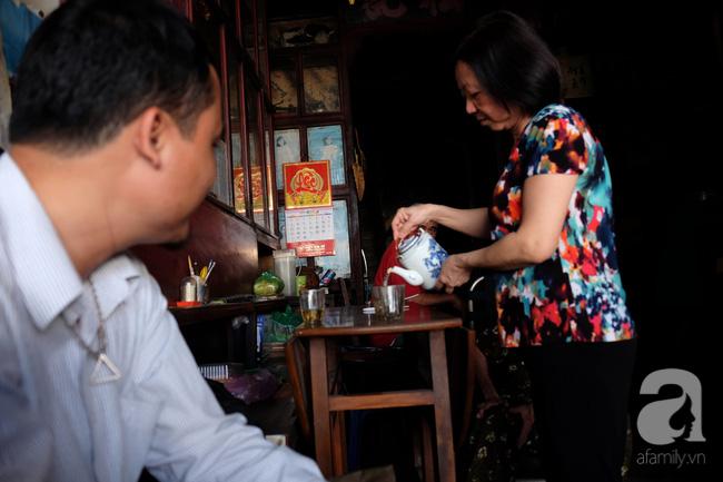 """Chúng tôi bảo rằng, chắc họ cũng yêu thích sự mộc mạc, cổ kính, muốn tìm về những nét văn hoá đẹp của Sài Gòn xưa mà tìm đến. Tiệm trà của bà đã góp phần làm nên cái hồn của Sài Gòn. """"Rồi sẽ có nhiều người tìm đến mua nữa cho mà coi"""" – chúng tôi động viên bà cụ bát tuần, truyền nhân của tiệm trà thuộc hàng già nhất Sài Gòn như thế."""